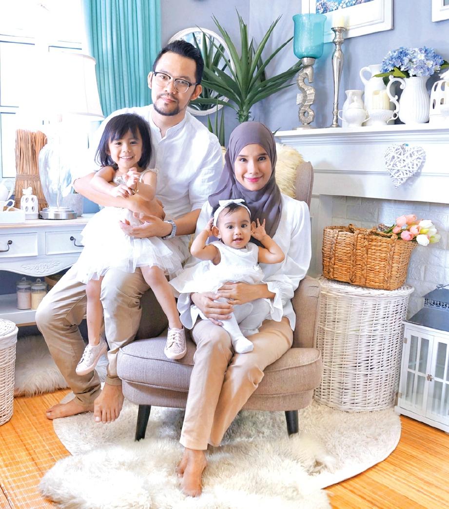 6. ASRI dan Siti Rohani bersama anak mereka.