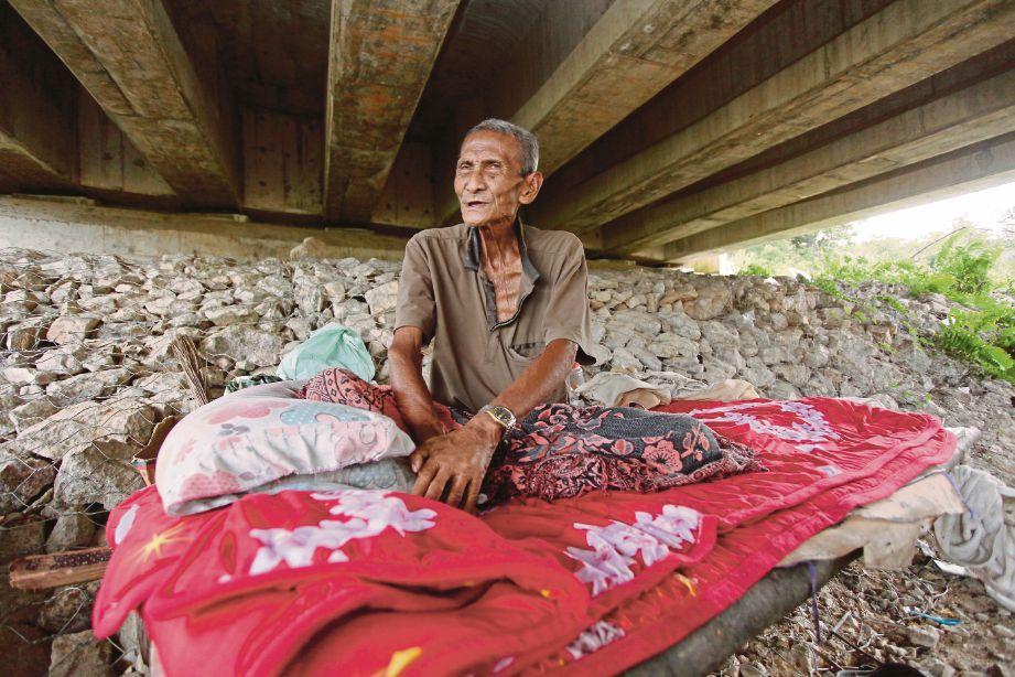 Abdullah  yang tinggal seorang diri di bawah jambatan Selising-Tok Bok, Machang di kampung Sungai Durian, Selising, Pasir Puteh.