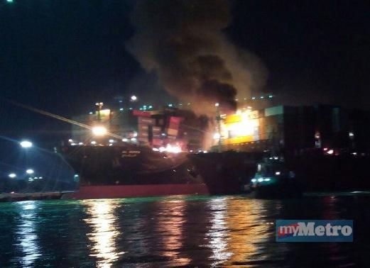Dua Kapal Kontena Di Pelabuhan Barat Terbakar