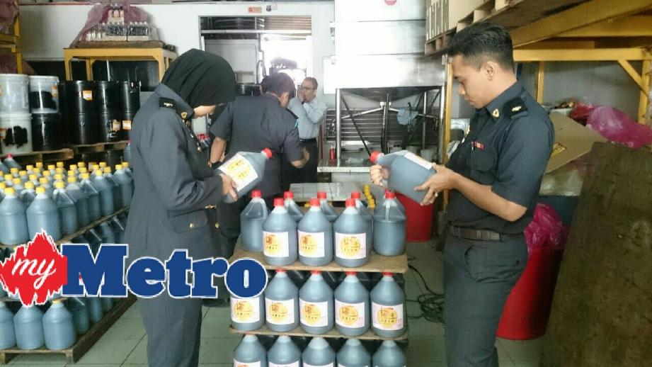 Penguat kuasa KPDNKK memeriksa barangan yang dirampas. FOTO Ahmad Irham Mohd Noor
