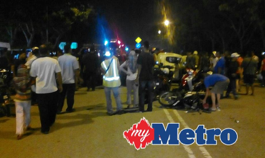 Kemalangan membabitkan empat kereta dan tujuh motosikal di Pasar Malam Ampang Jajar, Jalan Permatang Pauh, malam tadi. FOTO Danial Saad