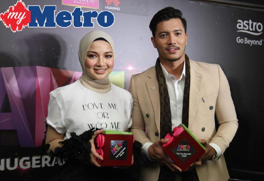 Pemenang Top Top Meletop, Fattah Amin (kanan) dan Neelofa pada Anugerah Meletop Era 2017 yang diadakan di Stadium Melawati, Shah Alam. FOTO MOHD KHAIRUL HELMY MOHD DIN