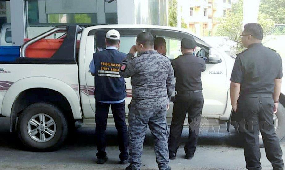 ANGGOTA penguatkuasa memeriksa kenderaan yang melalui sempadan di Sindumin-Merapok pada 2018. FOTO arkib NSTP