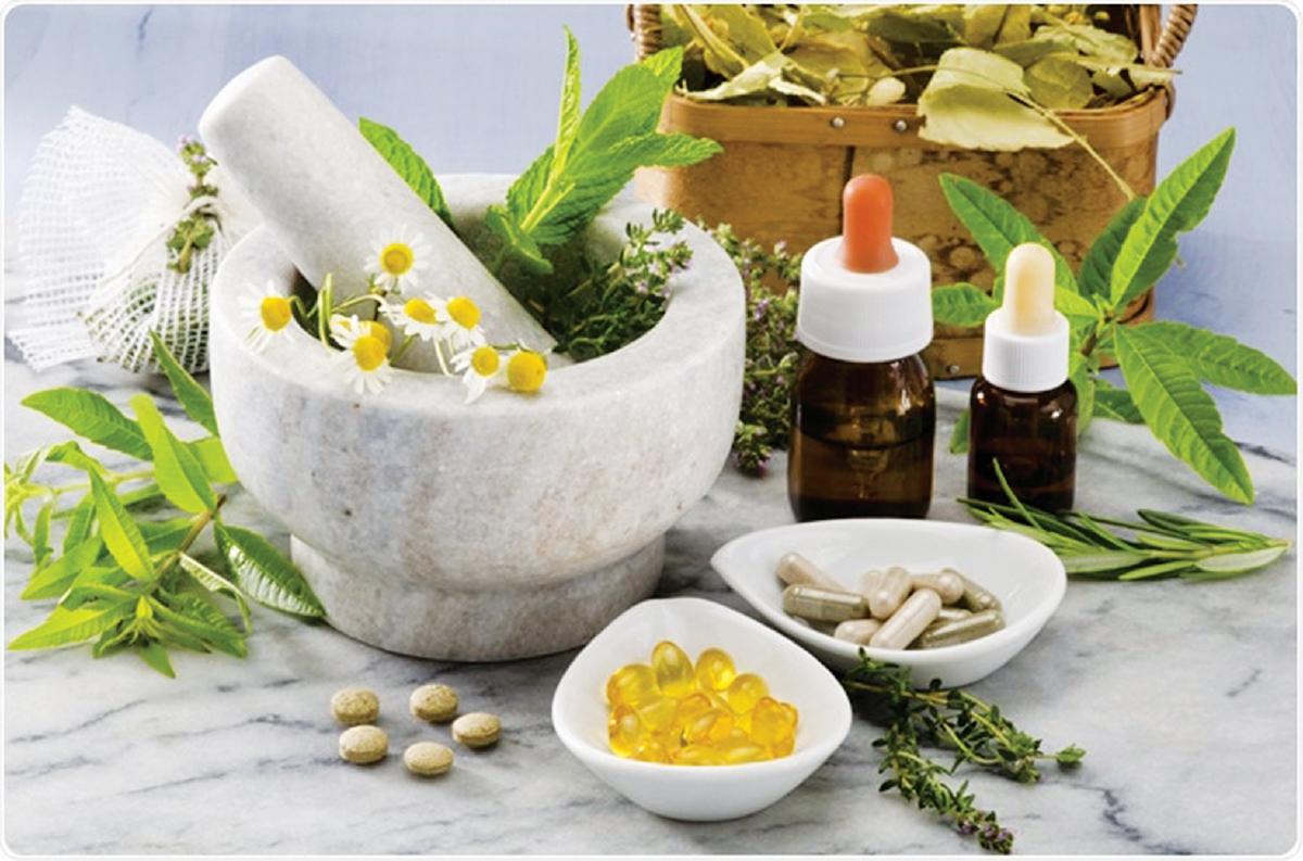MINYAK pati dan herba antara produk rawatan alternatif.