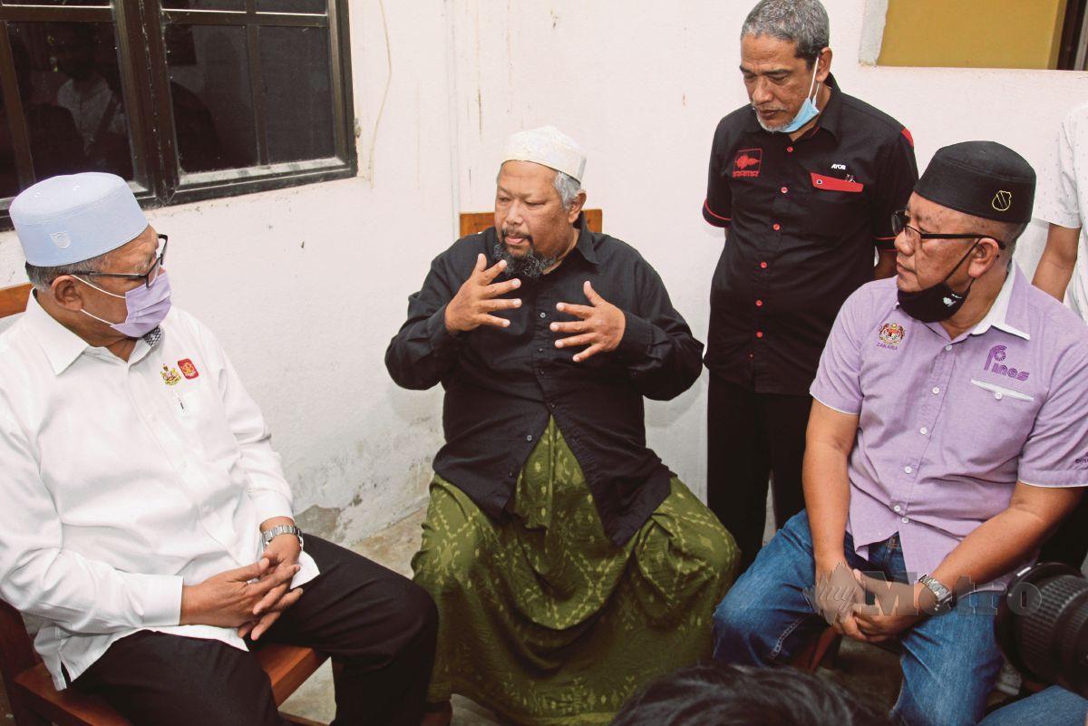 BOB ketika menerima kunjungan Menteri Besar Kelantan, Datuk Ahmad Yakob (kiri) diiringi Pengerusi Perbadanan Kemajuan Filem Nasional Malaysia (Finas) Zakaria Abdul Hamid (kanan).