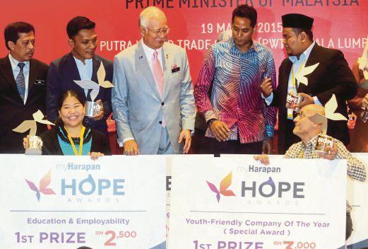 NAJIB  beramah mesra dengan penerima Anugerah MyHarapan pada Persidangan Antarabangsa Pemimpin Muda 2015. Turut bersama,  Khairy  (dua dari kanan) di  Kuala Lumpur, semalam.