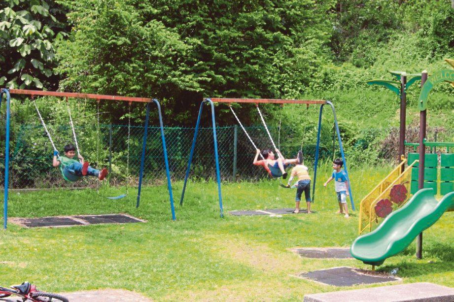 Kanak-kanak dari Pangsapuri Sri Indah, Seri Kembangan meluangkan waktu cuti hujung minggu bermain di taman permainan.