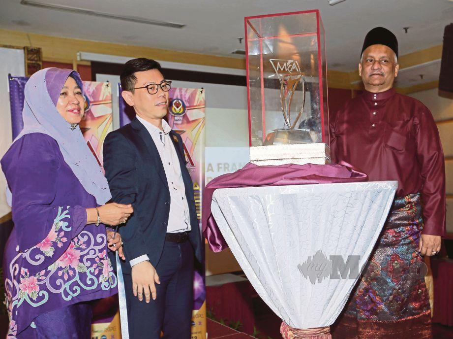 RADZALI (kanan) bersama Timbalan Pengerusi MFA, Datuk Zahriah Abd Kadir dan Timbalan Pengerusi MFA 2, Deric Yeo melancarkan Anugerah Francais Malaysia 2019, semalam.