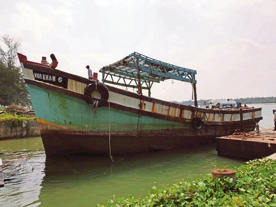 DUA bot nelayan Vietnam dimusnahkan selepas mendapat perintah lucut hak daripada Mahkamah Sesyen Kota Tinggi. FOTO ihsan APMM
