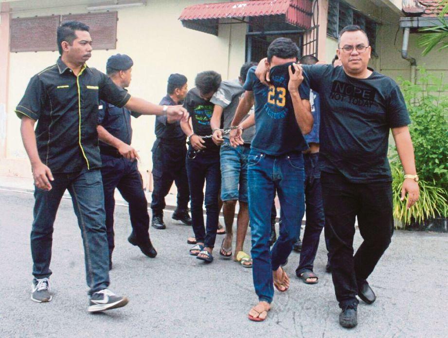 LIMA rakan termasuk remaja berusia 17 tahun dihadapkan di Mahkamah Majistret Pasir Puteh atas tuduhan membunuh seorang lelaki pada 2 September 2019 lalu. FOTO ihsan pembaca