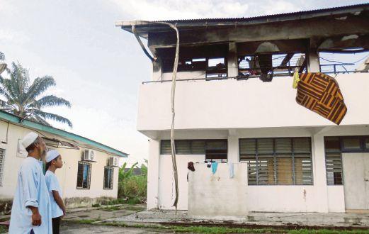 ISHAK   bersama pelajar melihat kemusnahan asrama Tahfiz Al-Ridzuan yang terbakar  di Kampung Dato' Ahmad Razali, Dengkil.