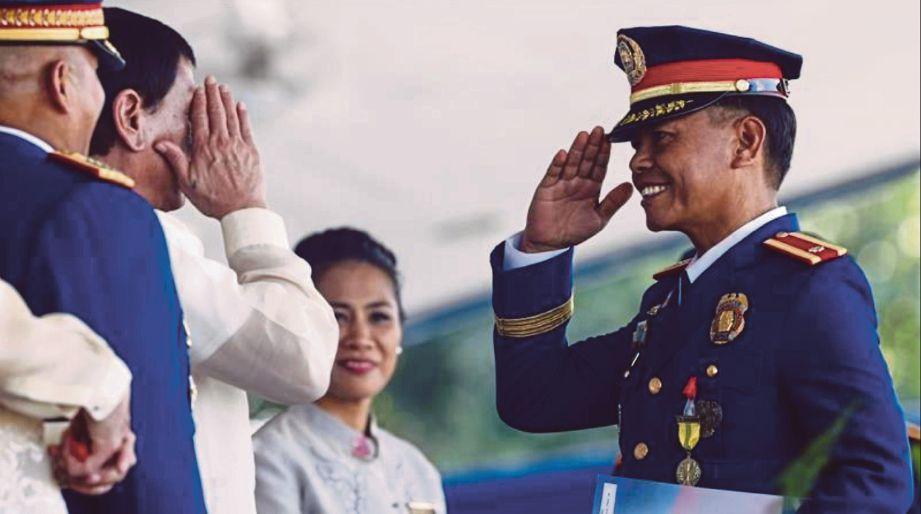 ESPENIDO (kanan) dilantik  sebagai timbalan pengarah polis untuk operasi di Bacolod, Rabu lalu. FOTO Agensi