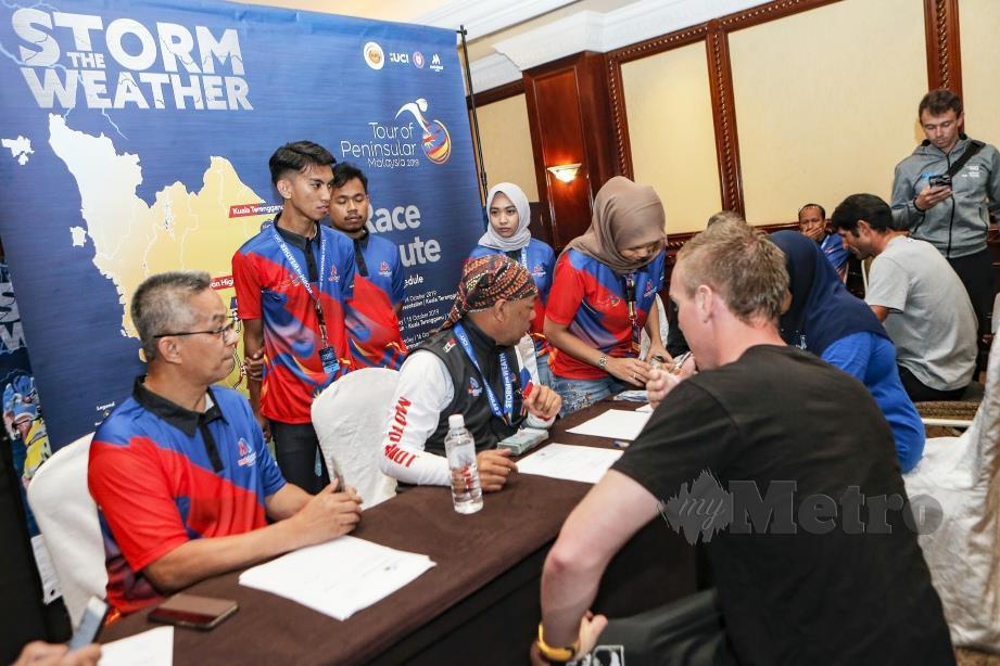 PELUMBA dan wakil pasukan hadir menerima wang kemenangan daripada pihak penganjur. FOTO Aizuddin Saad
