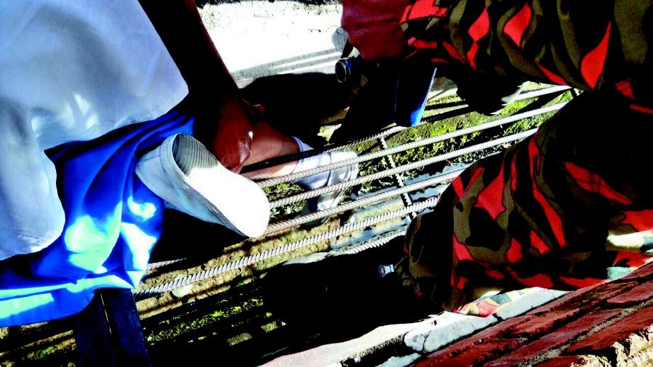 KEADAAN mangsa ketika kakinya  tersepit pada jeriji besi longkang.
