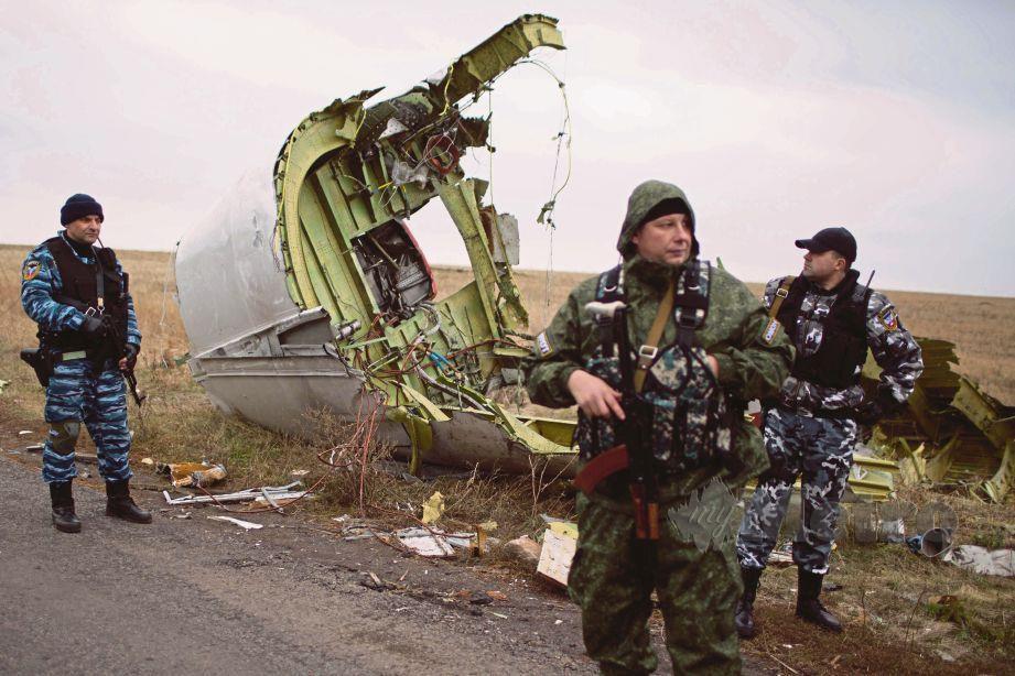 PIHAK berkuasa Russia mengawal lokasi bangkai pesawat penerbangan MH17 ditemui di  perkampungan Grabove, Ukraine pada 11 November 2014.