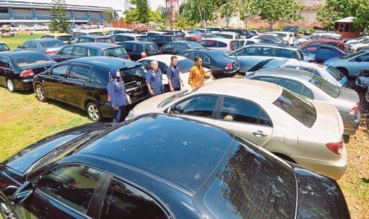 ANTARA 108 kenderaan klon yang berjaya disita termasuk kenderaan mewah dipercayai dari  Singapura sejak Januari 2015 di Ibu Pejabat JPJ, Bukit Katil, Melaka.
