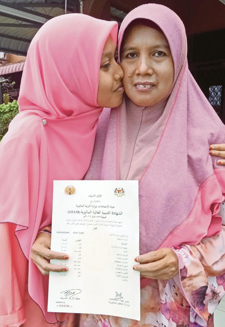 NURUL Najwa (kiri) mencium ibunya, Rohani  tanda terima kasih atas doa ibunya.