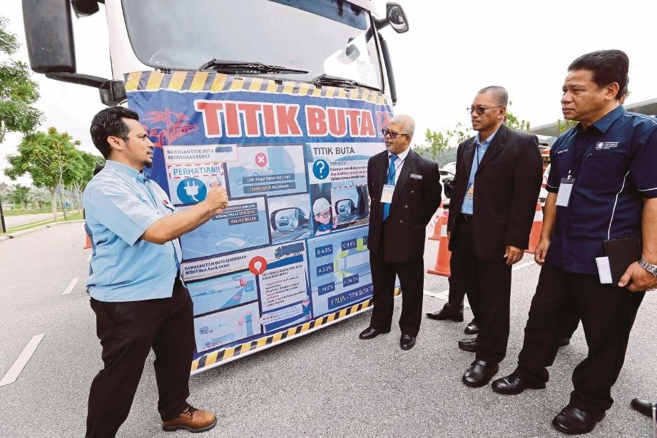MOHD Nasri (tiga dari kanan), Lokman dan Dr Mohd Fozi melawat pameran.