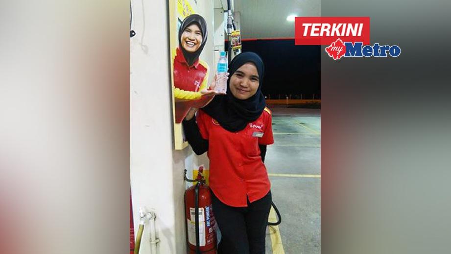 NOR Shafila bergambar bersama poster promosi di stesen minyak Shell yang dikatakan mengejutkan segelintir pengunjung. GAMBAR ihsan Nor Shafila