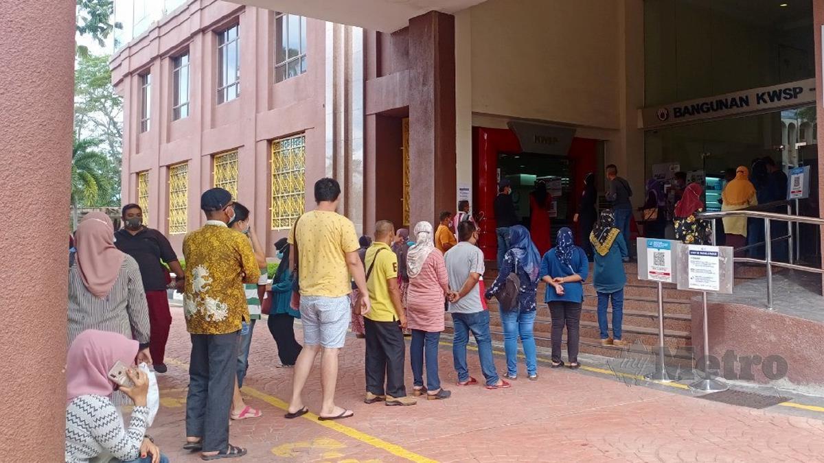 ORANG ramai mula beratur di bangunan KWSP Alor Setar sejak 8 pagi. FOTO Noorazura Abdul Rahman