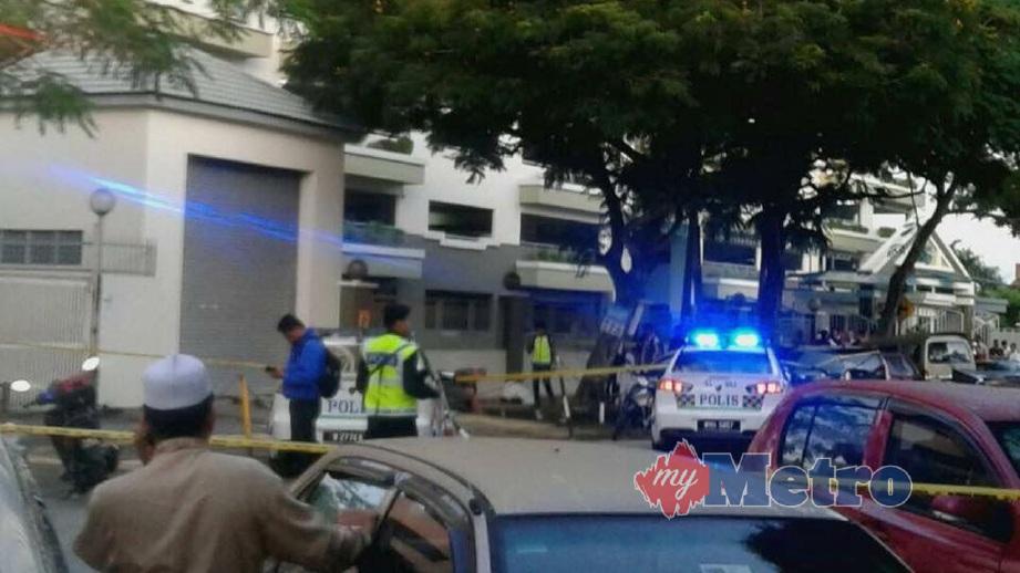 ANGGOTA polis menjalankan siasatan di lokasi kejadian. FOTO Teoh Pei Ying