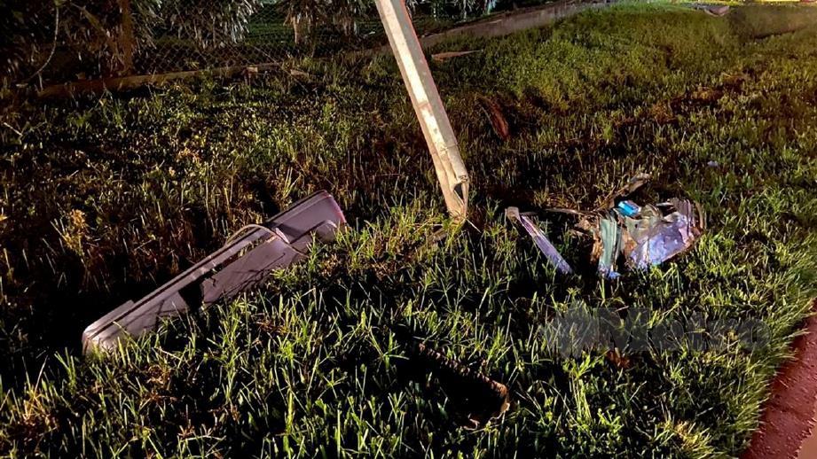 KERETA dinaiki empat mangsa terputus dua selepas hilang kawalan dan merempuh tiang elektrik. FOTO Juwan Riduan