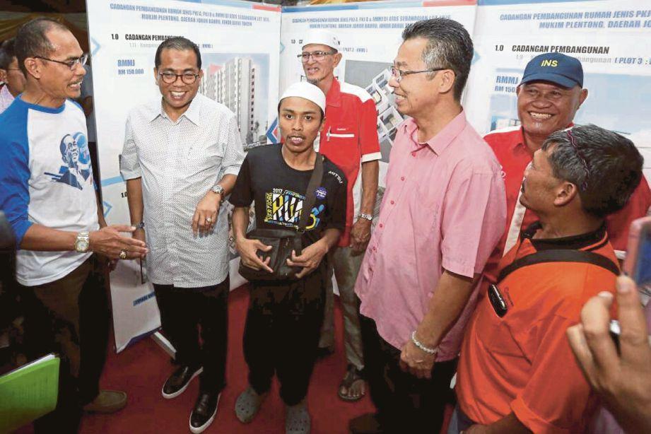 MOHAMED Khaled (dua dari kiri)  pada Majlis Ramah Mesra bersama penduduk Kampung Melayu Pandan (Jalan Imam), semalam.