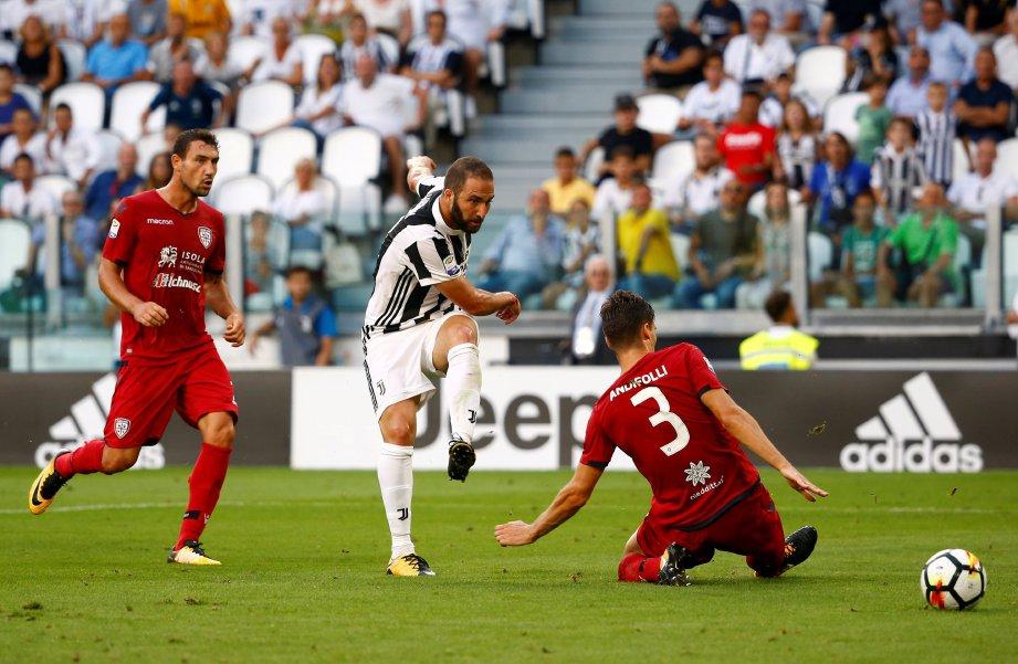 HIGUAIN (tengah) bantu jaring gol ketiga Juve.