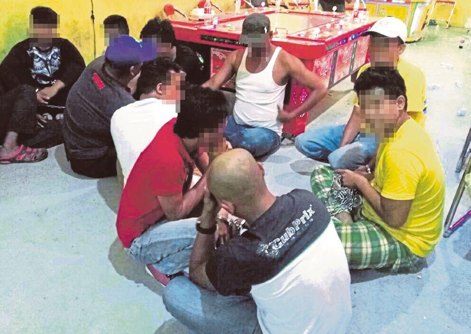 BEKAS pemain bola sepak kebangsaan era 90-an  (bulatan kecil) antara penagih dadah yang ditahan dalam operasi AADK Pahang.