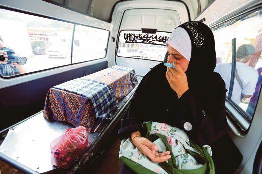 SAFIAH sedih menemani jenazah anak saudaranya dalam van.