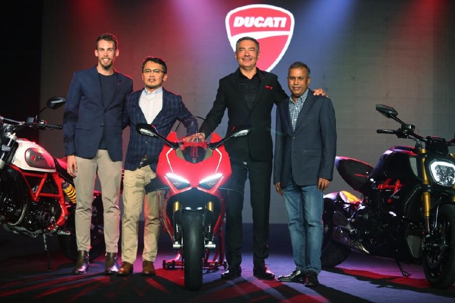 NAZMAN (dua dari kiri) bersama Campaci (kiri), Cheraki dan Devaraju (kanan) ketika melancarkan sembilan model baharu Ducati.