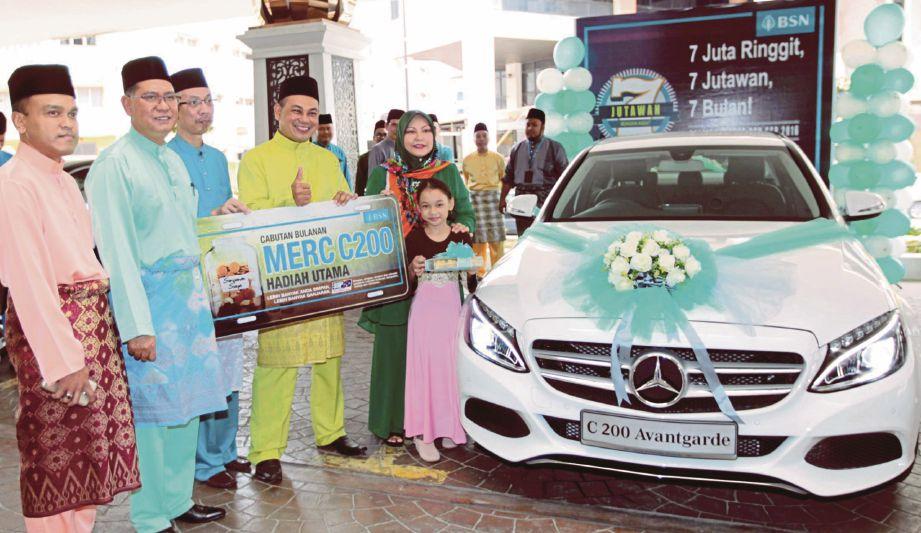 Komarudin  (dua dari kiri) menyampaikan replika kunci kereta  Mercedes-Benz C200 kepada  Dr Tengku Noraini   (kanan) di Hotel Grand Riverview, Kota Bharu.