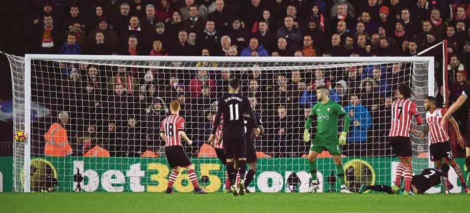 KEADAAN kelam kabut di depan pintu gol Southampton ketika menentang Liverpool.