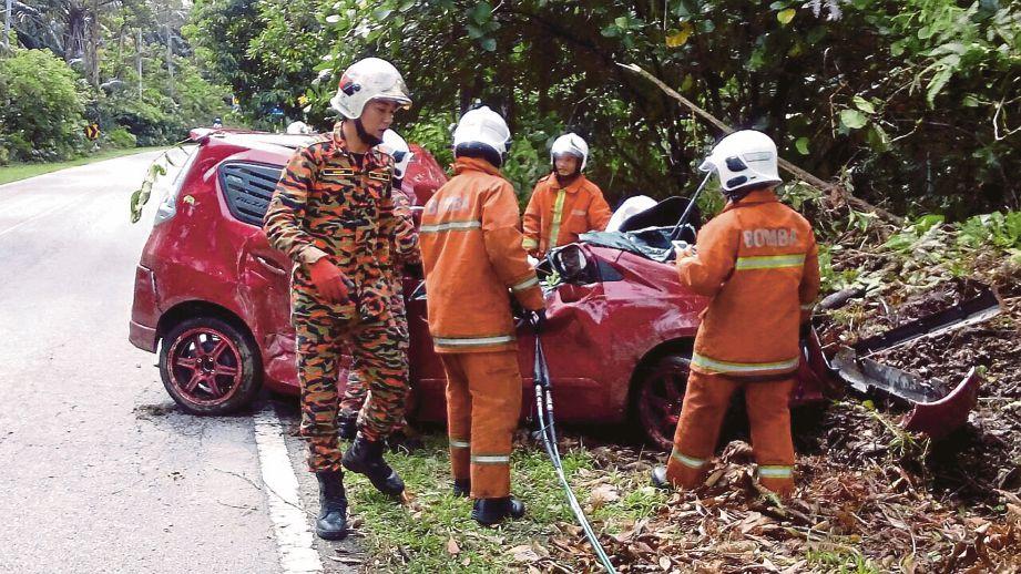 ANGGOTA bomba berusaha mengeluarkan mangsa yang tersepit.