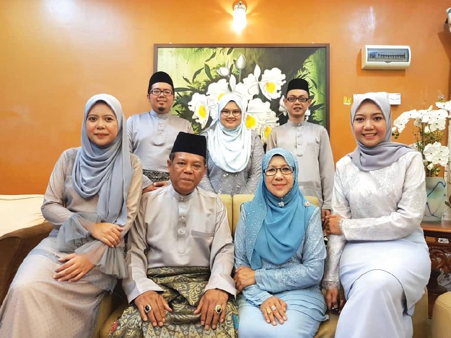 BERSAMA keluarga.