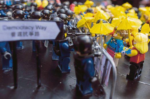 Watak Lego menggambarkan senario penunjuk perasaan berdepan polis antirusuhan dilihat di luar ibu pejabat kerajaan di Hong Kong.