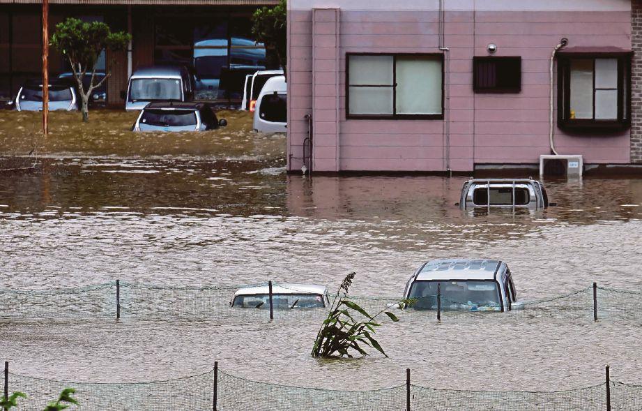 GAMBAR menunjukkan banjir di kawasan kediaman di wilayah Miyazaki, selatan Jepun selepas ia dibadai Taufan Malakas.