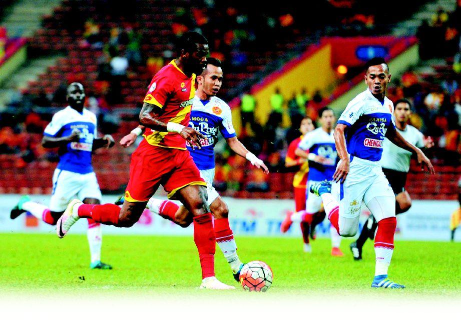 RONALDINHO (dua kiri) ledak dua gol Merah Kuning.