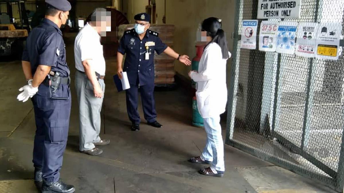POLIS melakukan pemeriksaan Op Patuh di sebuah premis. FOTO ihsan Polis