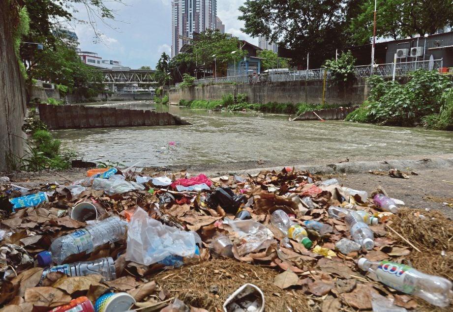 TIMBUNAN sampah di  Sungai Gombak dan Sungai Klang.