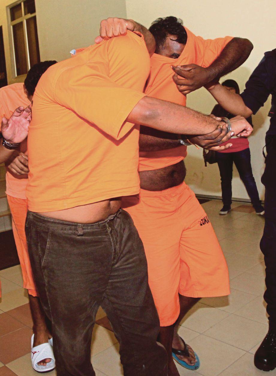KEDUA-DUA tertuduh  dibawa keluar dari mahkamah, semalam.