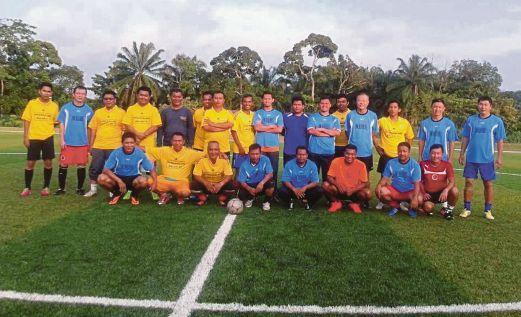 CHIN Aun (belakang, tiga dari kanan) bersama pemain Coaches FC dan AGFC.
