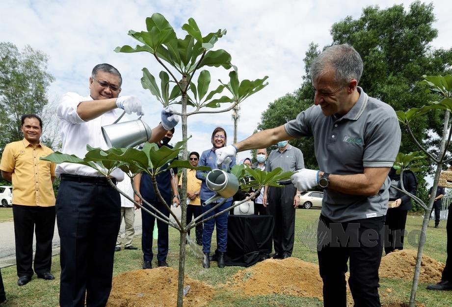 DR Shamsul Anuar (kiri) dan Aranols pada  pelancaran projek Nestle RELeaf di Taman Rimba Alam Putrajaya, semalam. FOTO Mohd Fadli Hamzah