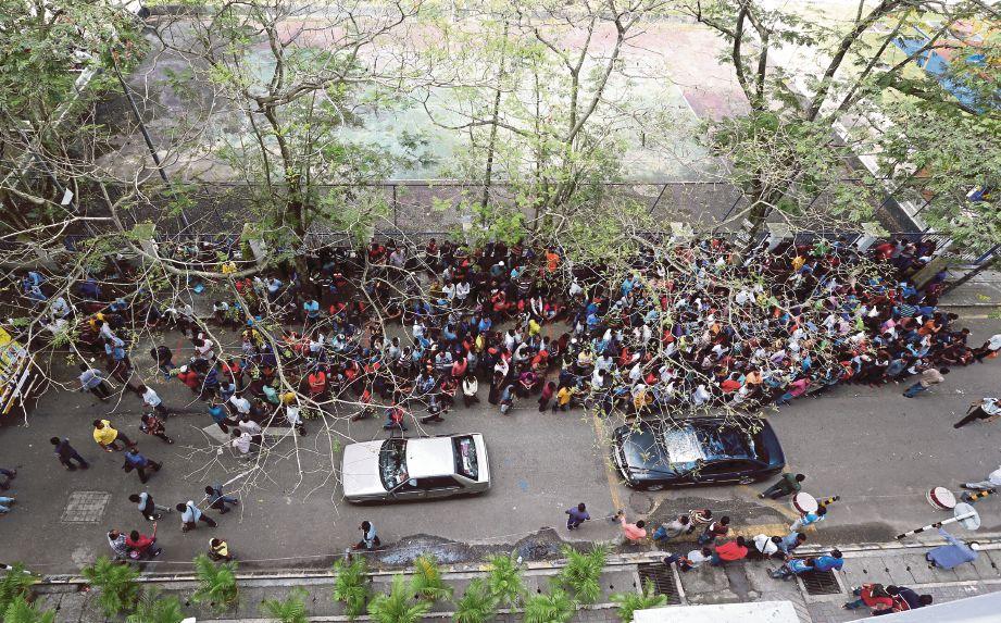 WARGA Bangladesh menunggu proses dokumentasi di sekitar Kedutaan Bangladesh di Wisma HRIH Lotus, Jalan Pahang.
