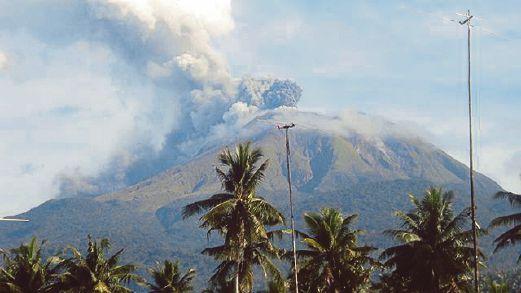 GAMBAR yang dirakam  minggu lalu  menunjukkan Gunung Bulusan memuntahkan debu dan asap.