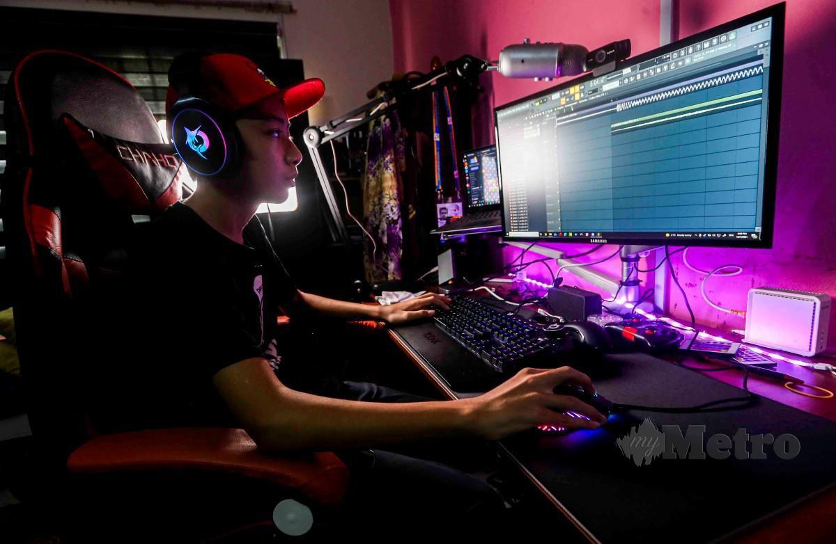 MUHAMMAD Daniel Haikal   mencipta lagu menggunakan aplikasi muzik di komputernya ketika ditemui di rumahnya di Kajang.