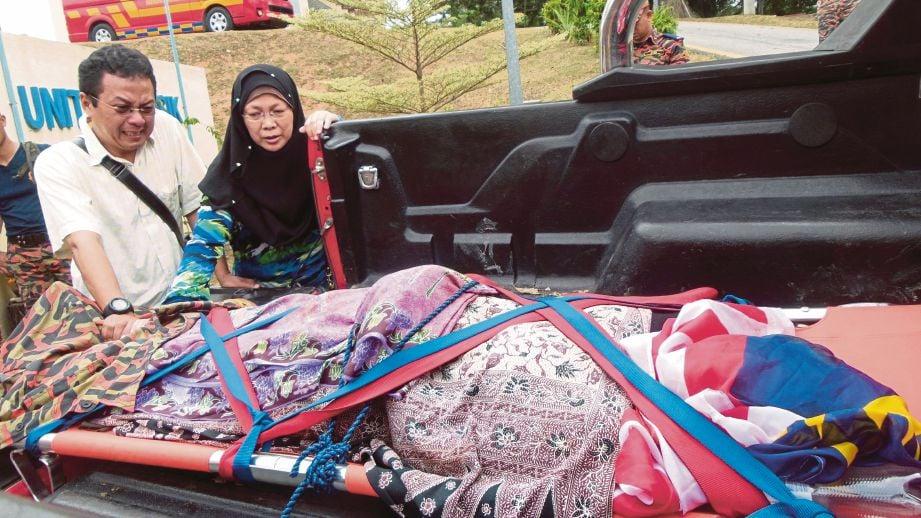 Zainudin dan Rozanita melihat  jenazah Dayana Shafiqah yang  terjatuh di air terjun Lata Medang.