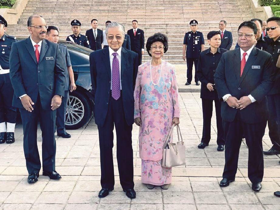 GAMBAR Dr Siti Hasmah bersama Tun Dr Mahathir yang memegang beg tangan tular di media sosial.