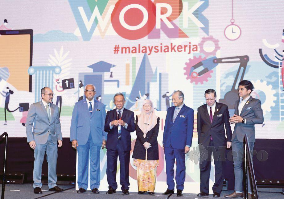 PELANCARAN #MalaysiaKerja disempurnakan Dr Mahathir. Hadir sama, Dr Wan Azizah, Guan Eng dan Syed Saddiq.