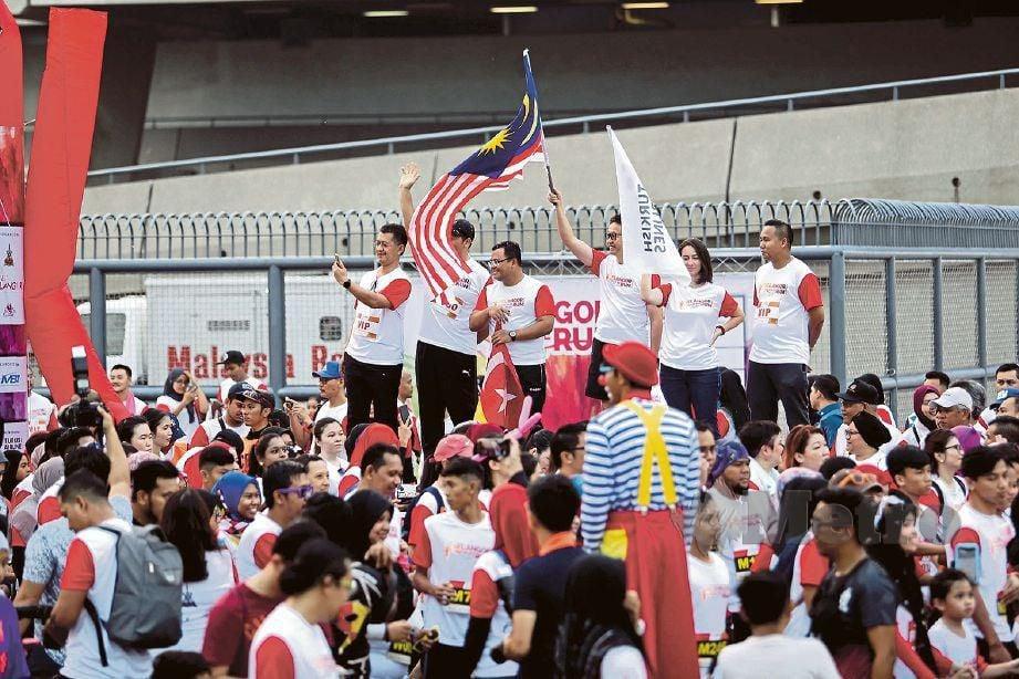 PESERTA dilepaskan Amirudin (tiga kiri) di pekarangan Stadium Shah Alam.